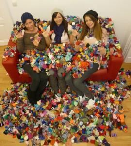 Drei Mädels mit hunderten von Smoothie-Mützen