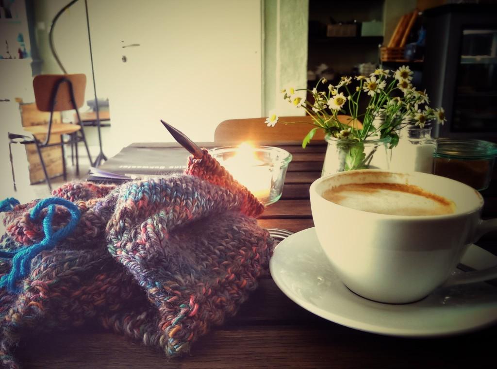 """Im Café """"Krögers Kleine Schwester"""" während ich auf Ariams Geburt warte"""