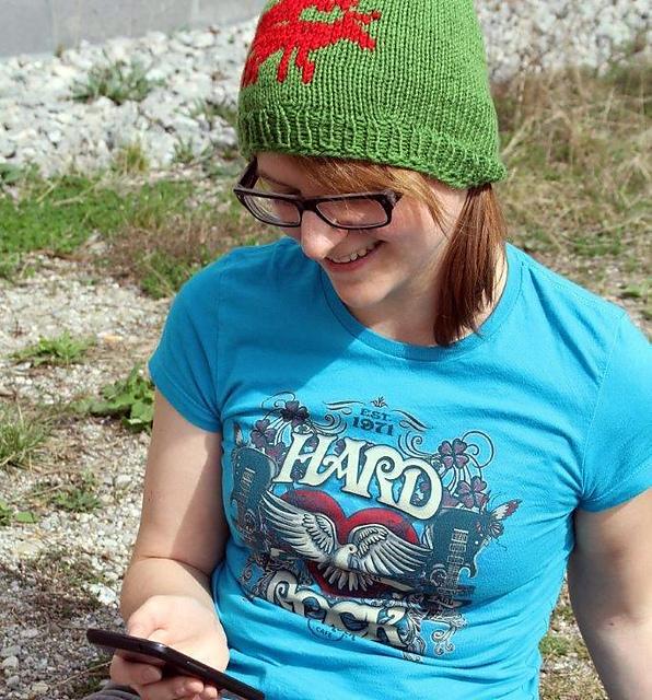 Sabine sitzt auf der WIese und trägt eine röhrende Elch Mütze