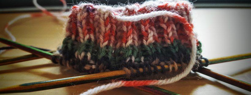 Ein gestricktes Bündchen für einen Socken