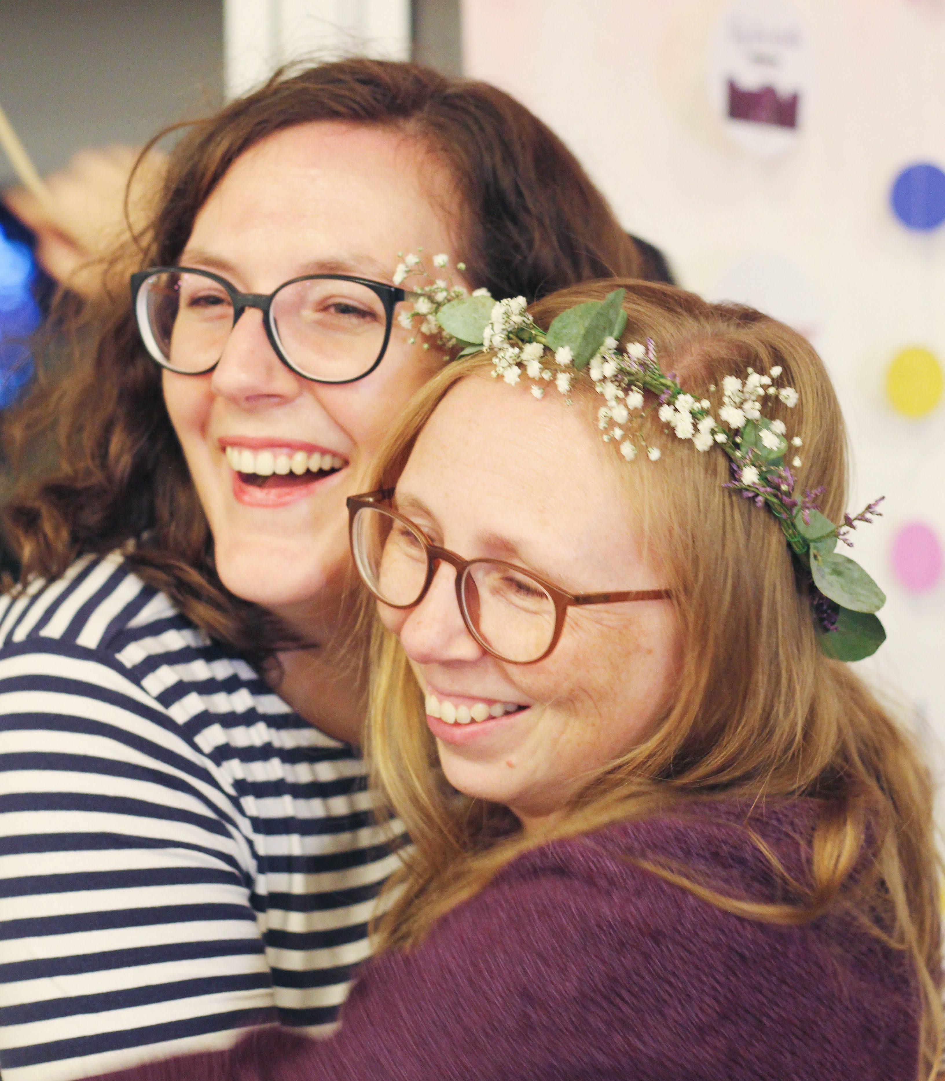 Die beiden Bloggerinnen Janine Binder und Stefanie Feierabend vom Frickelpodcast vor einer Fotowand beim Tag der Wolle in Freiburg.