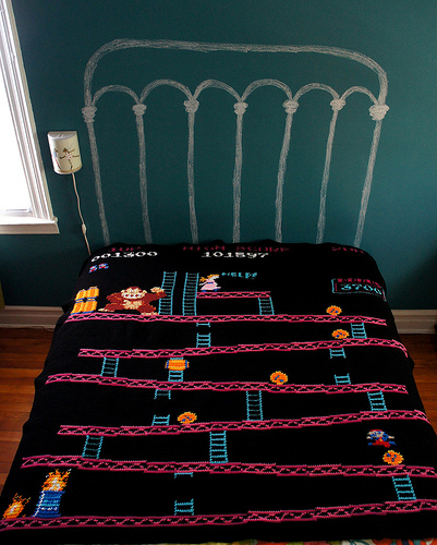 Eine Bettdecke mit dem Spiel Donkey Kong gestrickt.