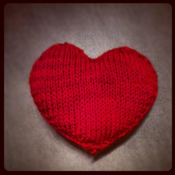 mit rotem Faden gestricktes Herz