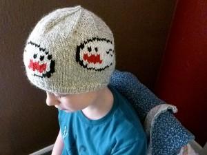 Junge mit eine Super Mario Mütze auf der zwei Geister zu sehen sind