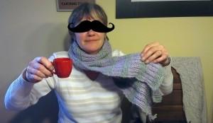 Mutter mit selbst gestricktem Schal